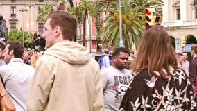 BARCELONA, ESPAÑA - ABRIL, 15, 2017 Paso de peatones apretado de la farola cerca de los leones de Columbus Monument vídeo 4K almacen de metraje de vídeo