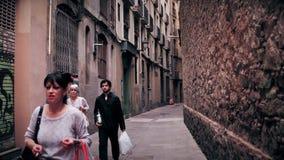 BARCELONA, ESPAÑA - ABRIL, 15, 2017 Steadicam tiró de la calle vieja estrecha de la ciudad vídeo 4K almacen de metraje de vídeo