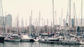 BARCELONA, ESPAÑA - ABRIL, 15, 2017 Steadicam tiró de los barcos de navegación amarrados en el terraplén del puerto deportivo cli almacen de metraje de vídeo