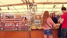BARCELONA, ESPAÑA - ABRIL, 15, 2017 Steadicam tiró de mercado local de la comida clip 4k metrajes