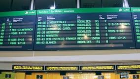 BARCELONA, ESPAÑA - ABRIL, 15, 2017 Tablero electrónico de la salida sobre taquilla en el terminal de ferrocarril vídeo 4K metrajes
