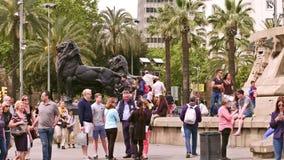 BARCELONA, ESPAÑA - ABRIL, 15, 2017 Turistas que hacen las fotos cerca de los leones de Columbus Monument tiro 4k almacen de video