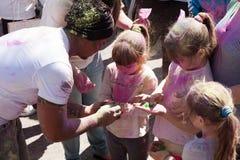BARCELONA, ESPAÑA - 6 DE ABRIL DE 2014: Familia con colores en el festival fotografía de archivo