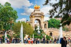 Barcelona, España - 22 de abril de 2017: los turistas en la fuente en Parc de la Ciutadella Citadel parquean, Barcelona Imagen de archivo