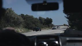 Barcelona, España - 27 de abril de 2018: Dentro de la vista del coche Conducción del coche en el camino de la montaña Paseos del  metrajes
