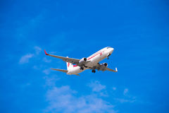 BARCELONA, ESPAÑA - 20 DE AGOSTO DE 2016: Aeroplano en el cielo sobre Barcelona Copie el espacio para el texto Imagen de archivo libre de regalías