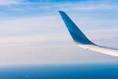 BARCELONA, ESPAÑA - 20 DE AGOSTO DE 2016: Ala de un avión de pasajeros, de un cielo azul y de nubes Copie el espacio para el text Imagen de archivo libre de regalías