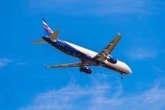 BARCELONA, ESPAÑA - 20 DE AGOSTO DE 2016: Llano de Aeroflot en acercamiento final en Barcelona Copie el espacio para el texto Fotografía de archivo libre de regalías