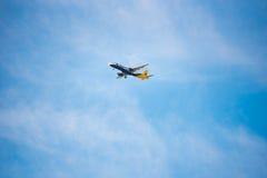 BARCELONA, ESPAÑA - 20 DE AGOSTO DE 2016: Monarca Airbus 321 del aeroplano en el cielo El monarca es una línea aérea británica Co Imagen de archivo libre de regalías