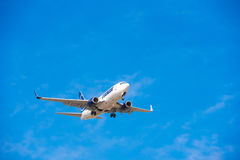 BARCELONA, ESPAÑA - 20 DE AGOSTO DE 2016: Tarom llega el aeropuerto en horario Copie el espacio para el texto Imagen de archivo libre de regalías