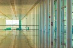 BARCELONA, ESPAÑA - 25 DE FEBRERO DE 2017: Sala de espera del aeropuerto Copie el espacio para el texto Imagen de archivo
