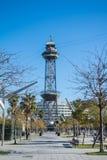 BARCELONA, ESPAÑA - 12 DE FEBRERO DE 2014: Un parque en Barcelona y una estación del teleférico en el fondo Foto de archivo