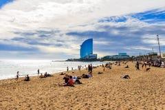 BARCELONA, ESPAÑA - 13 de febrero de 2016: Vista de la playa de Barceloneta en Barcelona, España Es una de la playa más popular d Fotos de archivo