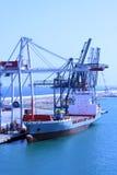 BARCELONA, ESPAÑA - 24 de julio de 2013: Vista del cargamento de la nave en cargo Imagenes de archivo
