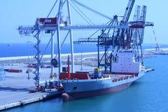 BARCELONA, ESPAÑA - 24 de julio de 2013: Vista del cargamento de la nave en cargo Foto de archivo libre de regalías