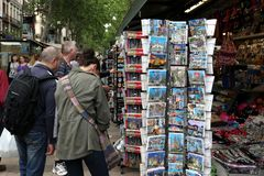 BARCELONA, ESPAÑA - 9 DE JUNIO: Tienda de souvenirs en la calle de Rambla del La encendido Imágenes de archivo libres de regalías