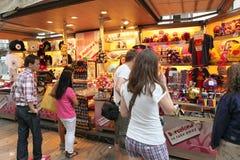 BARCELONA, ESPAÑA - 9 DE JUNIO: Tienda de souvenirs en la calle de Rambla del La encendido Fotografía de archivo libre de regalías