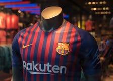 BARCELONA, ESPAÑA - 11 de marzo de 2019: Camiseta del FC Barcelona en tienda oficial en la ciudad de Barcelona imagen de archivo libre de regalías