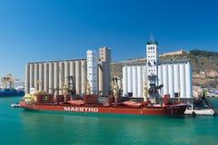 Barcelona, España - 30 de marzo de 2016: maestro a granel de la nave con las grúas en puerto marítimo Envío a granel Envío y acti Fotografía de archivo libre de regalías