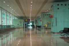 Barcelona, España - 4 de marzo de 2019 - salón de la salida en un aeropuerto fotografía de archivo libre de regalías