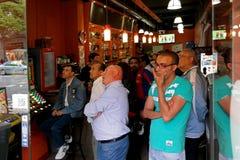 Barcelona, España - 17 de mayo de 2014: El FC Barcelona aviva la observación de un partido de fútbol en una barra de deportes foto de archivo libre de regalías