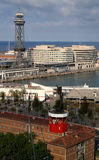 Barcelona, España - 17 de mayo de 2014: El teleférico al top de la colina de Montjuic Imagen de archivo libre de regalías