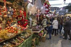 Barcelona, España - 28 de noviembre de 2015: Soportes con los regalos de la Navidad en Barcelona, España Fira de Santa Llucia - m Fotos de archivo libres de regalías