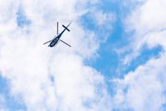 BARCELONA, ESPAÑA - 3 DE OCTUBRE DE 2017: Demostración del helicóptero policial en Barcelona Copie el espacio para el texto Imagen de archivo
