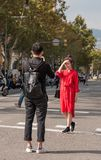 BARCELONA, ESPAÑA - 3 DE OCTUBRE DE 2017: Turistas en la calle de la ciudad de Barcelona Copie el espacio para el texto vertical Foto de archivo