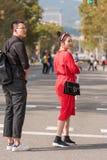 BARCELONA, ESPAÑA - 3 DE OCTUBRE DE 2017: Turistas en la calle de la ciudad de Barcelona Copie el espacio para el texto vertical Imagen de archivo libre de regalías