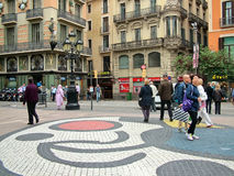 Barcelona, España, el 30 de septiembre de 2015 - mosaico de Joan Miro en el Ra de Las Imágenes de archivo libres de regalías