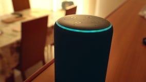 Barcelona, España En enero de 2019: Mano que ajusta el dispositivo casero elegante del Amazonas Echo Plus