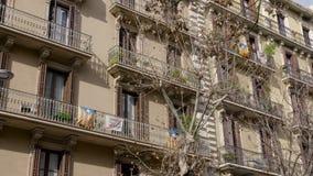 BARCELONA, ESPAÑA - FEBRERO DE 2019 Casa en Barcelona con los balcones en cuáles son las banderas de Cataluña y de la protesta almacen de video