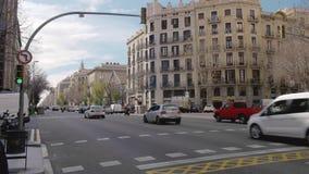 BARCELONA, ESPAÑA - FEBRERO DE 2019 Cruces en el centro de Barcelona, Cataluña En el marco hay un tráfico metrajes