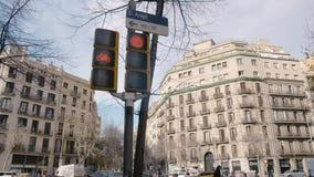 BARCELONA, ESPAÑA - FEBRERO DE 2019 Marco panorámico, cruces en el centro de Barcelona, Cataluña En el marco allí almacen de video