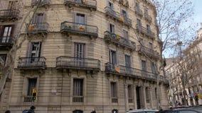 BARCELONA, ESPAÑA - FEBRERO DE 2019 Panorama del otoño de una casa en Barcelona con los balcones en los cuales se colocan las ban metrajes