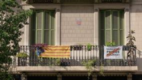 BARCELONA, ESPAÑA - FEBRERO DE 2019 Primer Balcón con los obturadores cerrados en la casa en Barcelona del donde las banderas almacen de video