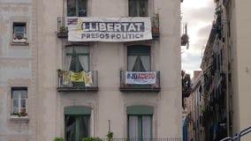 BARCELONA, ESPAÑA - FEBRERO DE 2019 Primer Cuarto en Barcelona con un balcón en el cual se cuelga la bandera de Cataluña almacen de video