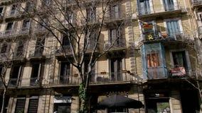 BARCELONA, ESPAÑA - FEBRERO DE 2019 Tiro del panorama, balcón en la casa donde la bandera de Cataluña y la protesta amarilla almacen de metraje de vídeo