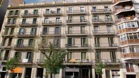 BARCELONA, ESPAÑA - FEBRERO DE 2019 Tiro lleno Balcón en la casa en Barcelona donde las banderas de Cataluña y de la protesta metrajes