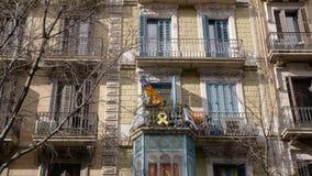 BARCELONA, ESPAÑA - FEBRERO DE 2019 Tiro medio Balcón en la casa en Barcelona donde la bandera de Cataluña y metrajes
