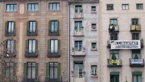 BARCELONA, ESPAÑA - FEBRERO DE 2019 Tiro medio Cuarto en Barcelona con un balcón en del cual se cuelga la bandera metrajes