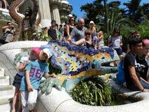 Barcelona, España Niños con Dragon Fountain en el parque Guell fotografía de archivo