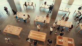 Barcelona, España - septiembre de 2018 Apple Store almacen de metraje de vídeo