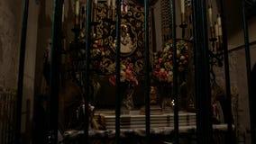Barcelona, España - septiembre de 2018: Dentro de la iglesia católica vieja Utensilios de la iglesia y objetos de la adoración almacen de metraje de vídeo