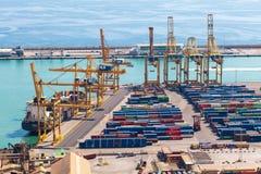 BARCELONA, ESPAÑA - septiembre de 2017: Puerto industrial de Barcelona con los envases, España Imagen de archivo