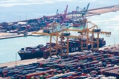 BARCELONA, ESPAÑA - septiembre de 2017: Puerto industrial de Barcelona con los envases Imagen de archivo libre de regalías