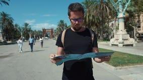 Barcelona, España septiembre de 2018 Retrato del primer de un turista adulto joven con un mapa que vaga en un Central Park dónde almacen de video