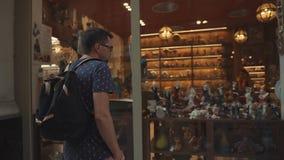 Barcelona, España - septiembre de 2018: Tienda de regalos en el cuarto gótico en centro de la ciudad El hombre está mirando con i metrajes