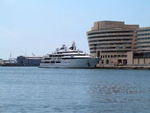 11 07 2016, Barcelona, España: Yate estupendo grande de lujo en puerto Imágenes de archivo libres de regalías